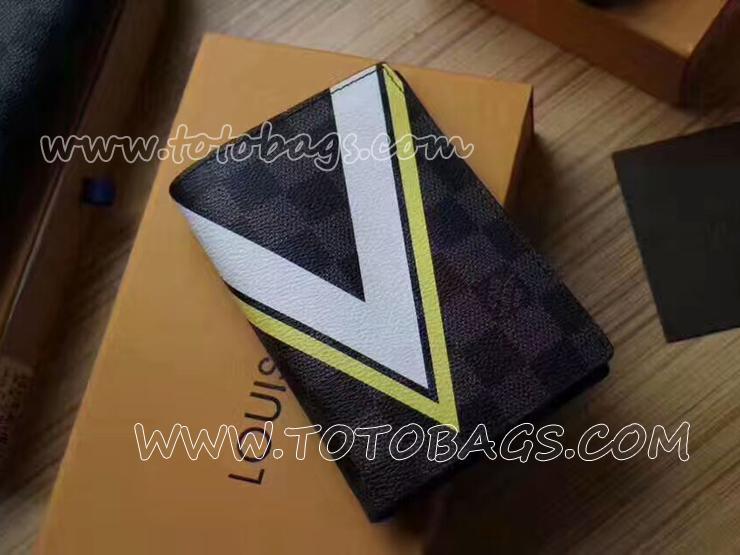 N64011 ルイヴィトンクーヴェルテュール・パスポール財布「V」シグネチャーが名刺入れ幾何学模様と航海を想わせるアクセントが特徴