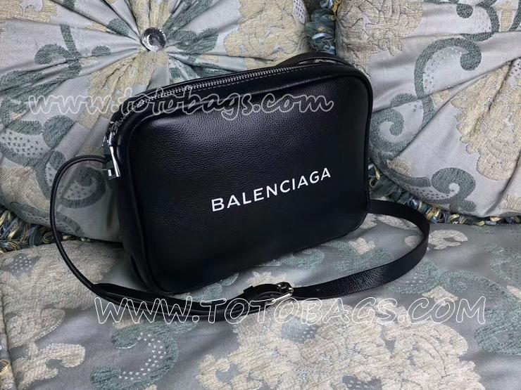 大人気☆【BALENCIAGA】エブリデイカメラバッグ ロゴ入り 31683032D
