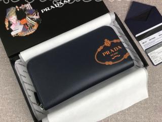 2ML317_2MB8_F0L57 プラダ 長財布 コピー PRADA 「サフィアーノ」レザー ドキュメントホルダー ラウンドファスナー財布 ネイビー/オレンジ
